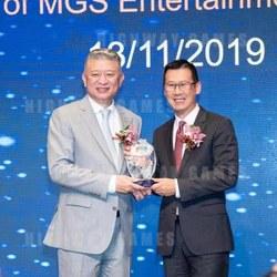 Jay Chun, Chairman of MGEMA presents souvenirs to Paulo Martins Chan, director of DICJ.